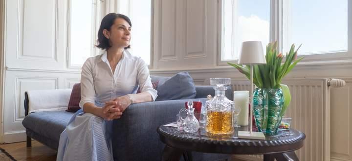Beatrix Weissel auf dem geliebten blauen Sofa.