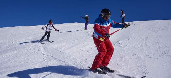 Viele Skilehrer nutzen die Zeit und produzieren derzeit Erklärvideos, weil der klassische Unterricht wie hier derzeit nicht möglich ist.