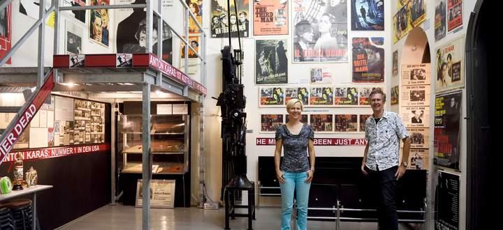 """Der einzige Wien-Film, dem ein eigenes Museum gewidmet ist: Karin Höfler und Gerhard Strassgschwandtner in ihrem """"Dritte Mann""""-Museum in der Pressgasse im vierten Bezirk."""