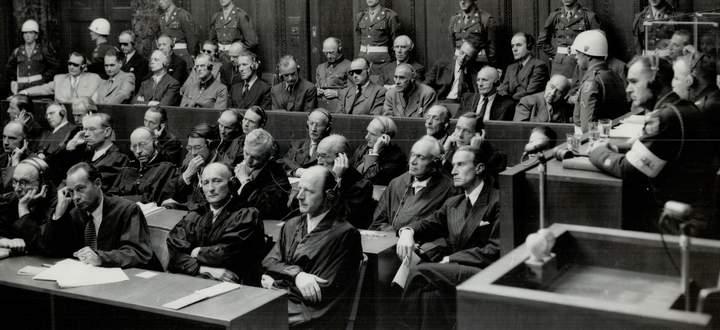 Die Angeklagten im Nürnberger Kriegsverbrecherprozess. Wilhelm Höttl war einer der Zeugen der Anklage.