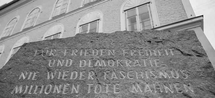 Demnächst Schaustück im Haus der Geschichte Österreich? Gedenkstein vor dem Hitler-Geburtshaus, Braunau am Inn.