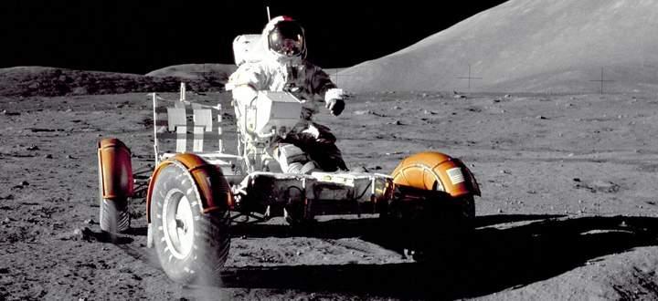 Spartanisch ausgestattet: Apollo-17- Kommandeur Eugene Cernan testet 1972 den Mondrover, bevor er mit Equipment für eine Ausfahrt beladen wird.