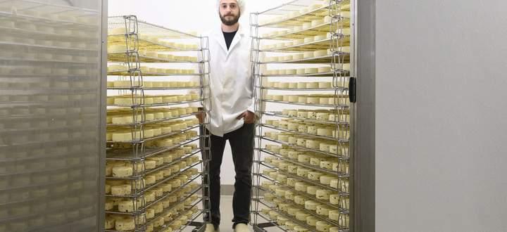 Thomas Ehammer (28), der ältere der beiden Milchbuben, im Reiferaum.