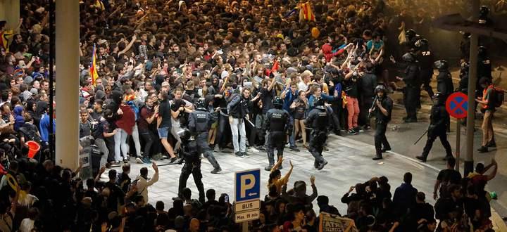 Massenproteste in Barcelona gegen die Verhaftung der katalanischen Separatistenführer.