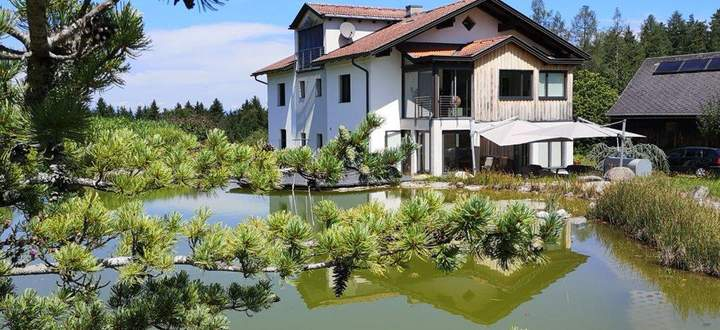 """""""Neues"""" Haus auf alten Mauern mit 1999 angelegtem Teich: Das Domizil der Malerin Elisabeth Nagy südlich von Klagenfurt."""