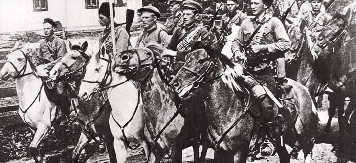 Bizarre Kampfhandlungen: sowjetische Kavallerie, ausgestattet mit Lanzen, Säbeln und Beiwagen mit Maschinengewehren.