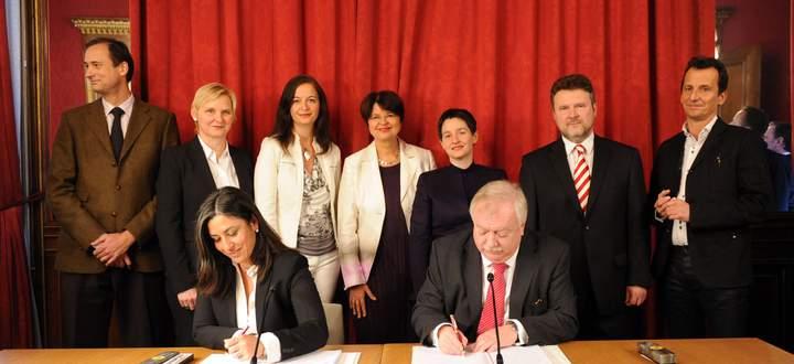 Maria Vassilakou und Michael Häupl unterzeichnen den Koalitionspakt.