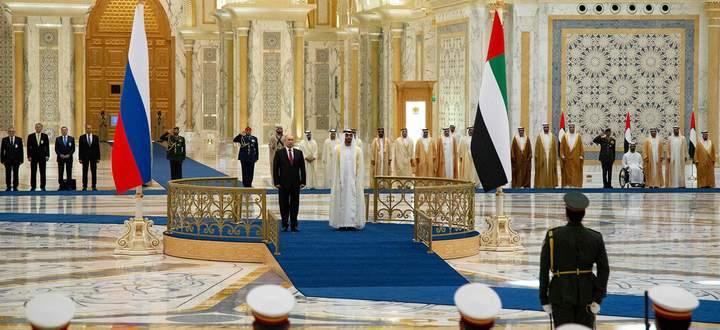 Feierlicher Empfang im Emirat Abu Dhabi: Präsident Wladimir Putin und Kronprinz Mohammed bin Zayed al-Nahyan bei der Willkommenszeremonie am Dienstag.
