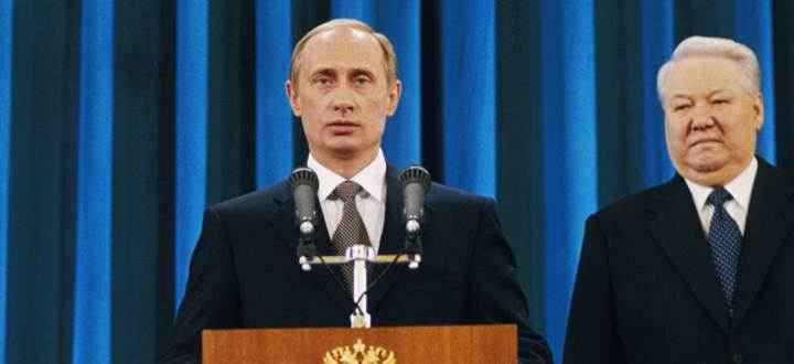 Der neue Präsident wird angelobt. Wladimir Putin und sein Vorgänger Boris Jelzin im Kreml am 7. Mai 2000.