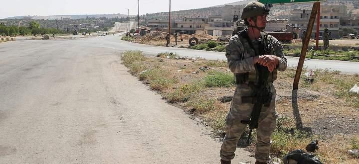 Einsatz in Nordsyrien. Ein türkischer Soldat wacht an der strategisch wichtigen Verbindungsstraße M4.
