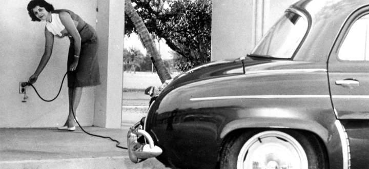 """Laden mit 110 Volt. In den USA bot die Henney Motor Company in den 1960er-Jahren den """"Henney Kilowatt"""" an, ein Elektroauto mit einer Reichweite bis zu 105 Kilometer. Verkauft wurden von ihm lediglich 47 Stück."""