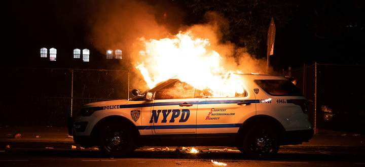 Auch Polizeiautos gingen in New York in Flammen auf.