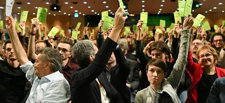 Am 4. Jänner stimmte der Bundeskongress der Grünen in Salzburg über das Koalitionsabkommen mit der ÖVP ab. In der ersten Reihe: Bundessprecher Werner Kogler, Ulrike Lunacek und Sigrid Maurer.