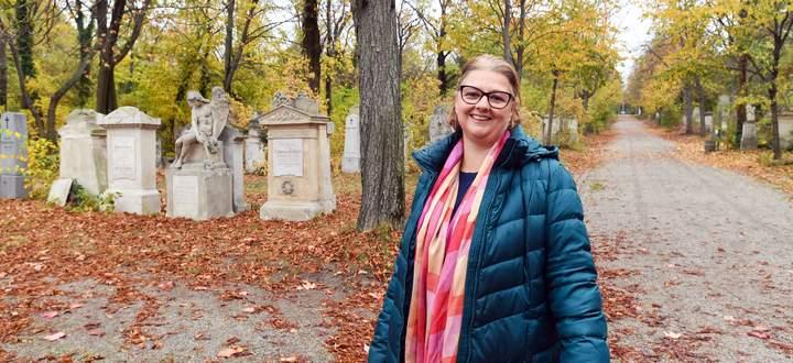 Susanne Hayders Lieblingsplatz auf dem Biedermeierfriedhof: die Hauptachse mit Blick zum Friedhofskreuz.