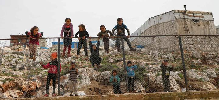 Auf der Flucht im eigenen Land. Kinder spielen am Zaun eines Lagers für intern Vertriebene im nordsyrischen Dorf Deir Hassan in Idlib, nahe der Grenze zur Türkei.