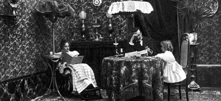 1898, eine Familie in einem bürgerlichen Interieur mit Thonet-Holzmöbeln.