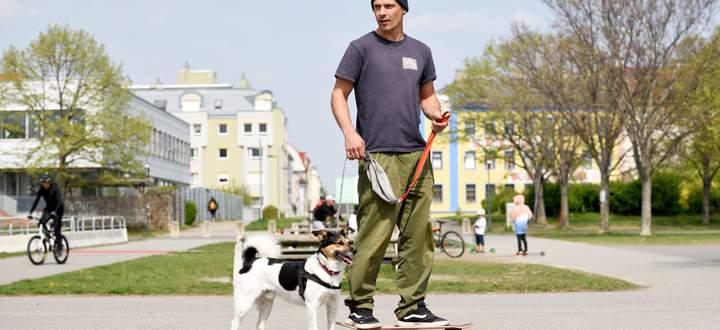 Struppi und sein Besitzer, Leonhard Reichel, rollen gern auf dem Skateboard entlang der Neuen Donau.