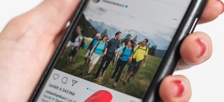Sebastian Kurz auf einer seiner Wanderungen mit Fans, teilweise in türkisem Wanderoutfit.