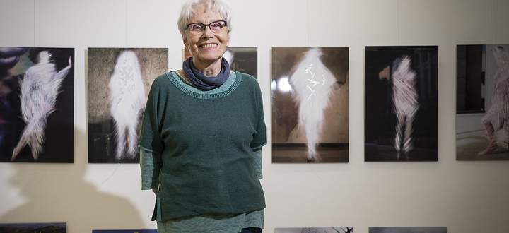 Karin Mack in ihrem ausgesprochen ordentlichen Atelier in Margareten. Hinter ihr ihre jüngsten Serien.