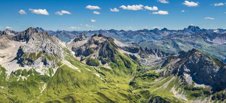 Um einsame Weiten wie diese, hier die Sicht vom Spuller Schafberg ins Vorarlberger Lechquellengebirge, zu finden, muss man heuer ein Stück weit aufsteigen. In beliebten Ausflugsgegenden finden dieses Jahr oft regelrechte Massenwanderungen statt.