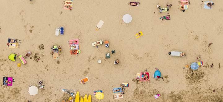 Ausnahmesommer: Zwischen die Badegäste an der Adria (hier ein Strand zwischen Ravenna und Rimini) passen einige Babyelefanten.