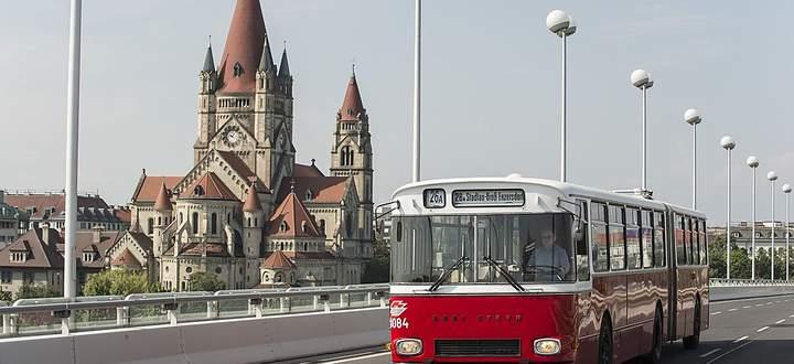 Historischer Linienbus auf Reichsbrücke