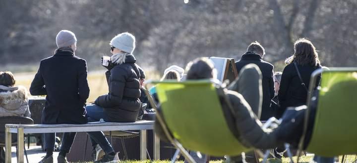 Sonntägliches Zusammensein im Stockholmer Djurgården: keine Spur von Social Distancing.