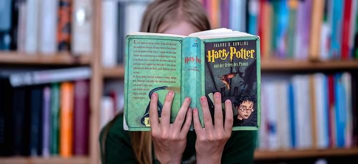 19. Juli 2020: Dresden (Sachsen), Literatur: Ein Maedchen liest das Buch Harry Potter und der Orden des Phoenix von Joan