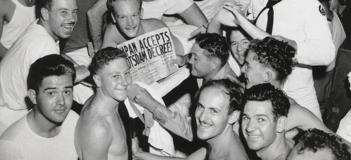 Amerikanische Soldaten und Matrosen werden im August 1945 auf Honolulu mit der Schlagzeile geweckt, dass Japan kapituliert habe.