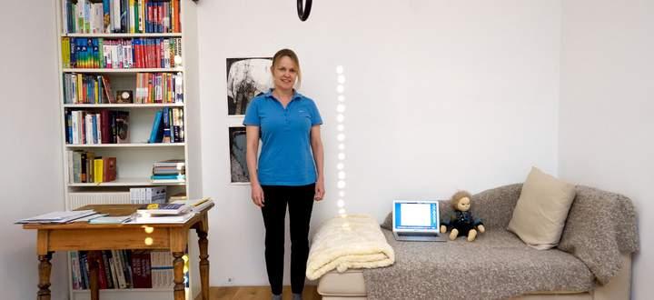 Ein Laptop mit Webcam und eine Puppe: Damit versucht Geertje Gartner-Strübli die Mutter eines schwerstkranken Mädchens für Übungen anzuleiten.