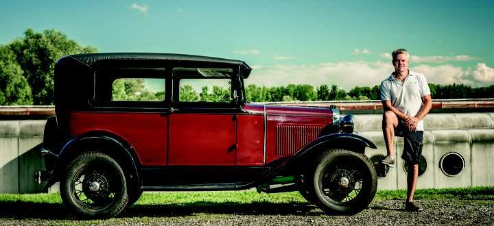 Mario Reitermayr, Jahrgang 1976, und sein Ford Model A Tudor, Baujahr 1930, das nur über einen Lautsprecher tuckert: Unter der Motorhaube hat Elektroantrieb Platz gefunden.