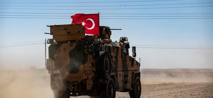 """Ein gepanzerter türkischer Aufklärungswagen/Truppentransporter vom Typ """"Kirpi"""" (Igel) auf Patrouillenfahrt unweit der syrischen Grenze (Archivbild vom September)."""
