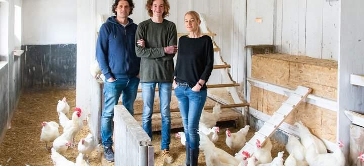 Hannes (l.), Elfi und Michael Scheibl im Stall der Bresse-Gauloise-Hühner.