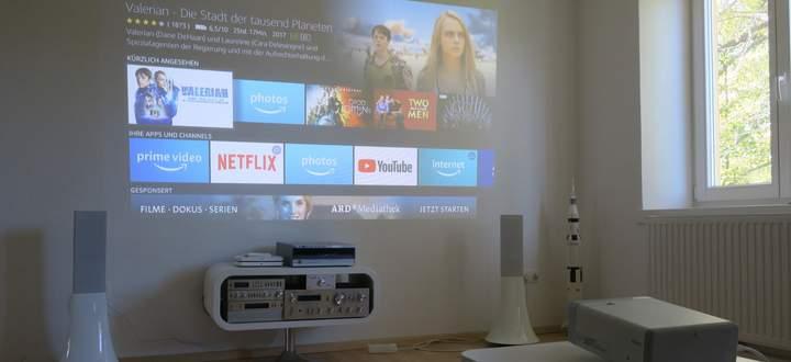 """Das Bild des Epson EF 100 ist auch bei Tag gut erkennbar – und mit einem TV-Stick unter der hinteren Abdeckung ist der Beamer sogar """"smart""""."""