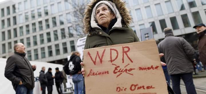 Demonstranten gegen den WDR bei den Protesten gegen das von einem Kinderchor gesungene Satire-Lied Meine Oma ist ne alte
