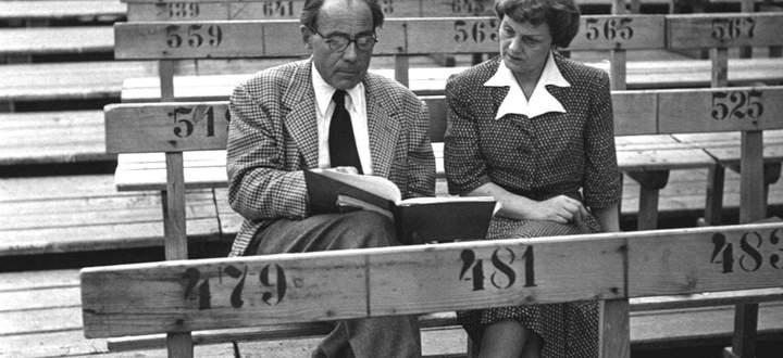 """Ernst Lothar und Alma Seidler bei einer """"Jedermann""""-Probenbesprechung 1952 in Salzburg."""