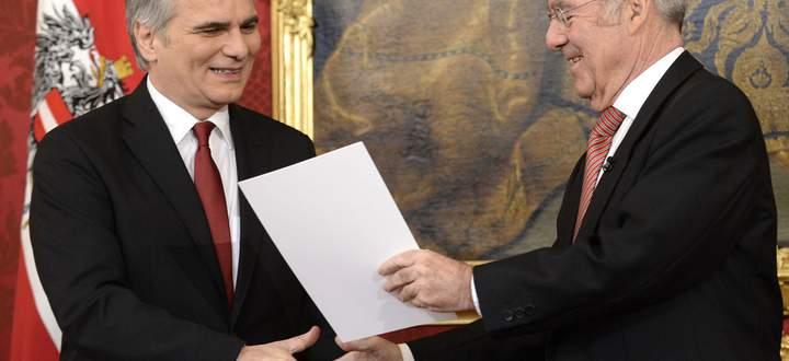 Bundespräsident Fischer lobt die neue Regierung an.