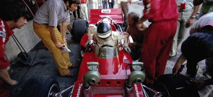 Als die Formel 1 noch Nähe duldete: Reporter-Ikone Helmut Zwickl fragt nach und auch Rindts-Mechaniker Herbie Blash (l.) hörte zu.
