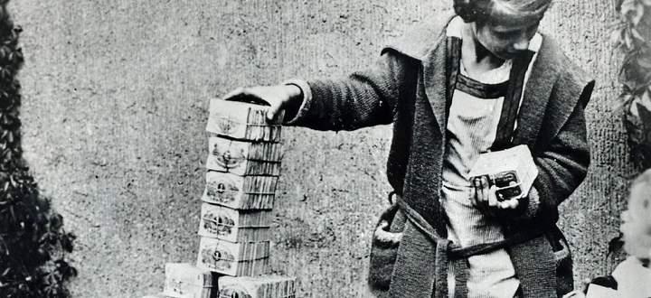 Während der Hyperinflation nach dem Ersten Weltkrieg spielten Kinder mit Millionen.