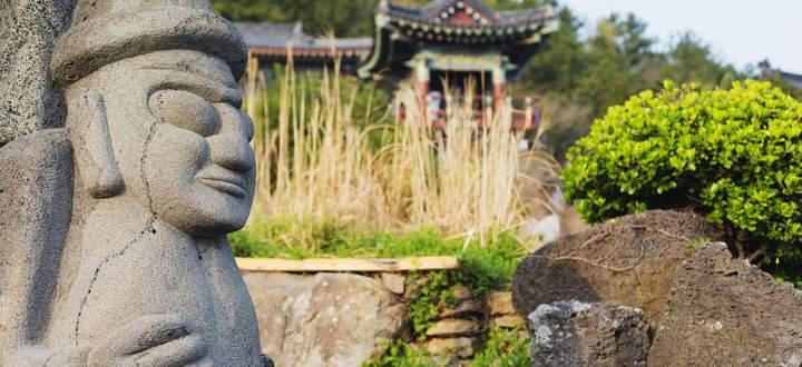"""Dolhareubang, """"Großvatersteinfiguren"""", gibt es von lebensgroß bis zu gartenzwergigen Replikas und Fischlokale zuhauf."""