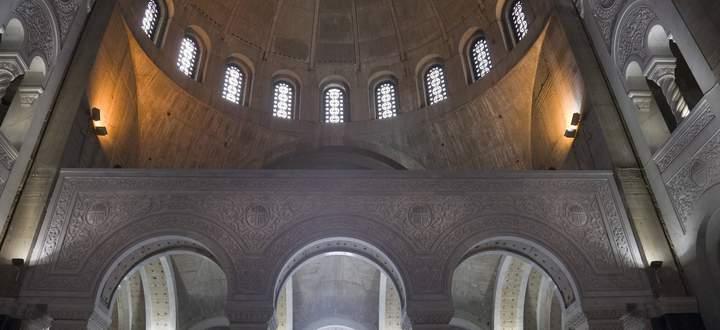 Der Dom des heiligen Sava, Serbisch Hram Svetog Save, ein monumentaler neobyzantinischer Bau, überwältigt schon beim Näherkommen.
