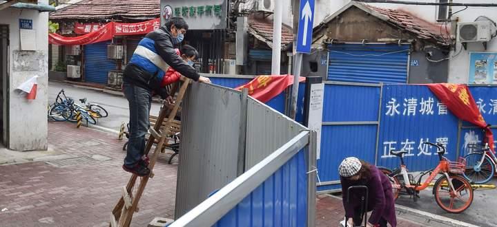 Essenslieferung für die Bewohner einer abgesperrten Straße in Wuhan in der chinesischen Provinz Hubei.