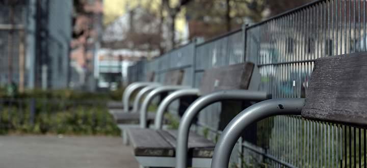 Parkbänke am Sonntag in Wien