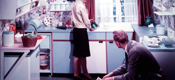 Dass Frauen heute weniger im Haushalt arbeiten als früher, liegt auch am technischen Fortschritt. Geschirrspüler und Mikrowelle sind längst Standard.