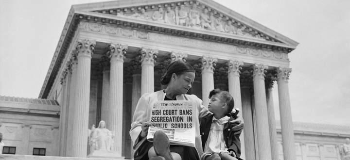 Vor dem Supreme Court: Eine Mutter erklärt ihrem Kind, dass die Rassentrennung in den Schulen nun verfassungswidrig sei (Mai 1954).