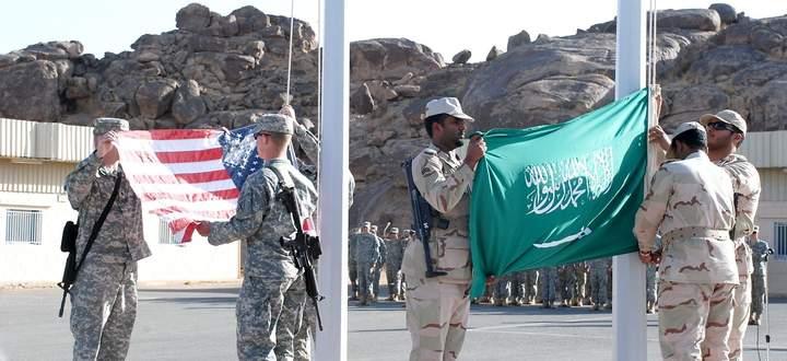 Fahneneinholungszeremonie nach einem US-saudischen Manöver