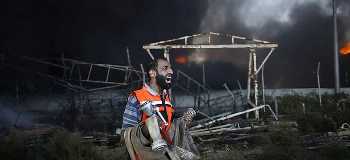 Machtlos: Ein Feuerwehrmann vor dem beschossenen Kraftwerk von Gaza
