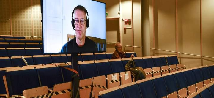 Schwedens Staatsepidemiologe Anders Tegnell erläutert auf einer digitalen Pressekonferenz die Zuspitzung der Lage.