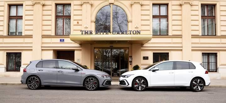Welchen würde, sollte man denn nehmen? Links der GTI – die 19-Zöller kosten Aufpreis –, rechts der GTE, der auch Strom tankt.