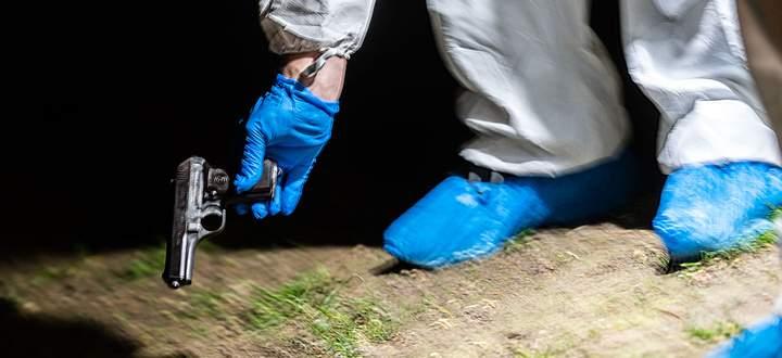 Die Tatwaffe wurde auf einer Wiese im Innenhof des Gemeindebaus gefunden.